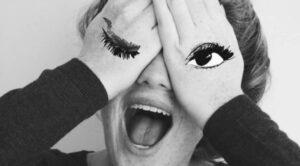 Chica tapándose los ojos con las manos