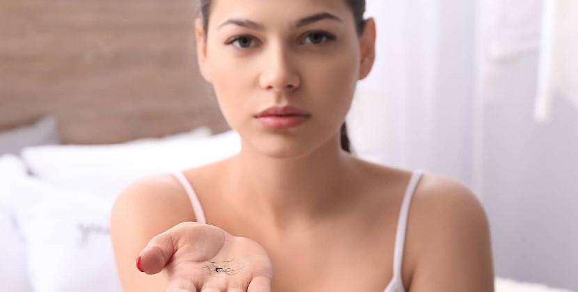 mujer muestra pestañas caidas